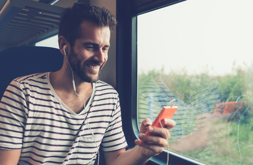 Entspannter Pendeln - Pendler hört Podcasts im Zug