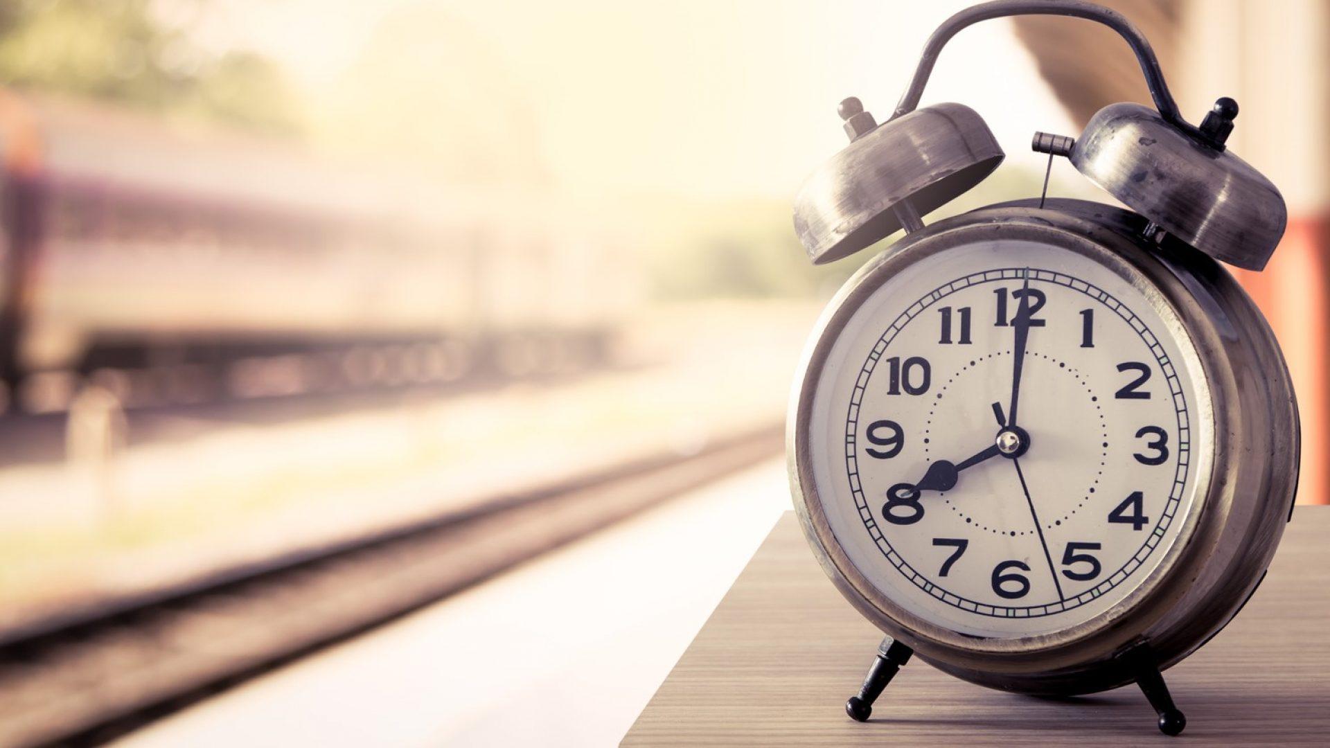 Wecker auf einem Bahnsteig